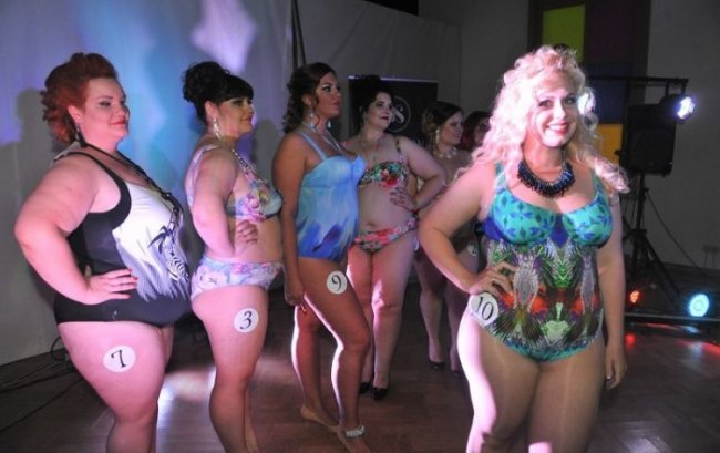 Танцы в бикини толстушек